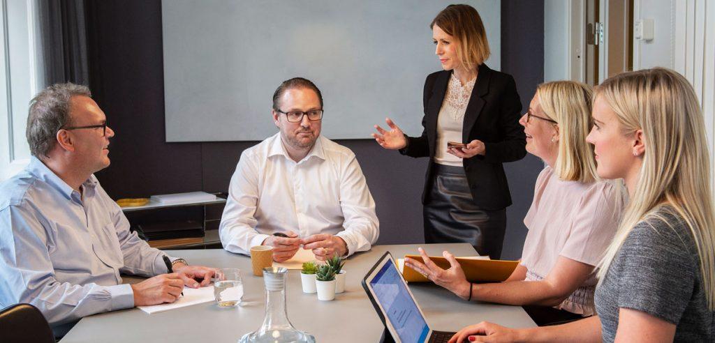 Jurister på Amber Advokater går igenom ett ärende vid ett möte