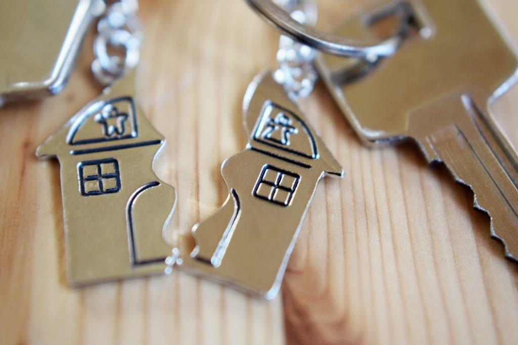 Delad nyckelring som symboliserar bodelning