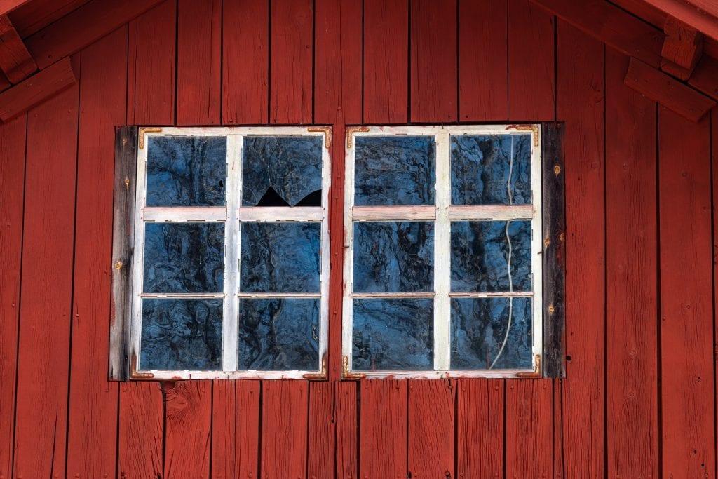 faluröd fasad med stora rutor